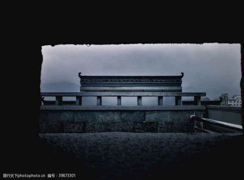 廊桥雨中的建筑图片
