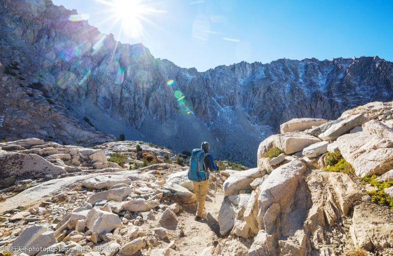 带你去旅行带着徒步旅行设备的人美国加州内图片