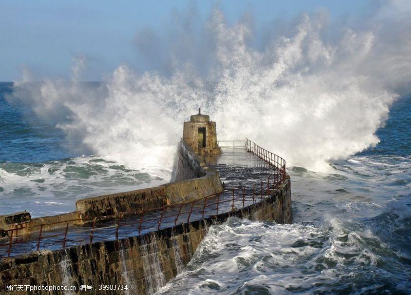蓝色大海海岸边的烽火台图片