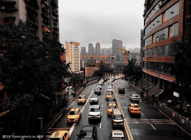 雷雨雨后上班高峰街道拥堵图片
