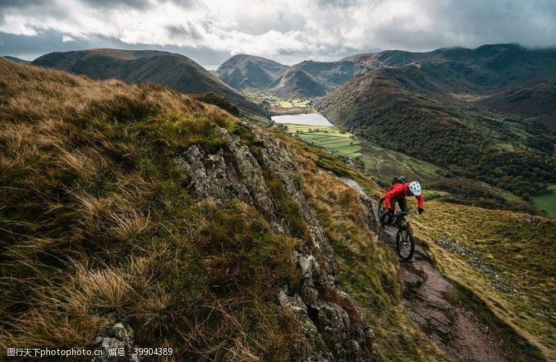 自我挑战踩山地自行车运动员图片
