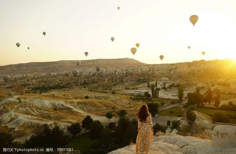阳光看热气球的女性图片