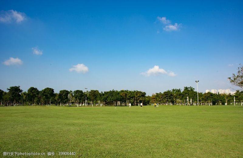 城市绿化蓝天白云图片
