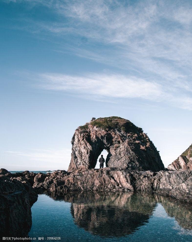 思考礁石下的男性背影图片