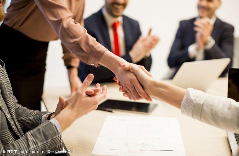 商务合作握手图片