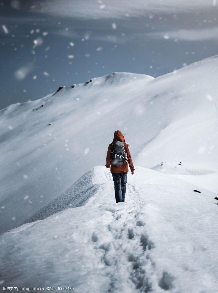 背包雪地步行的女性图片