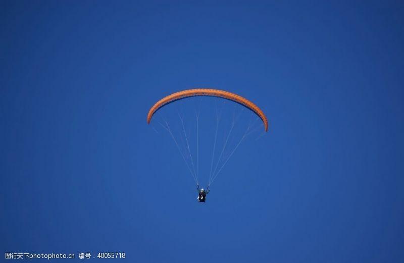 极限运动飞翔机器花式跳伞滑翔机图图片