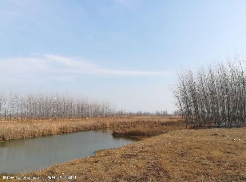 小河晴朗秋天河边图片