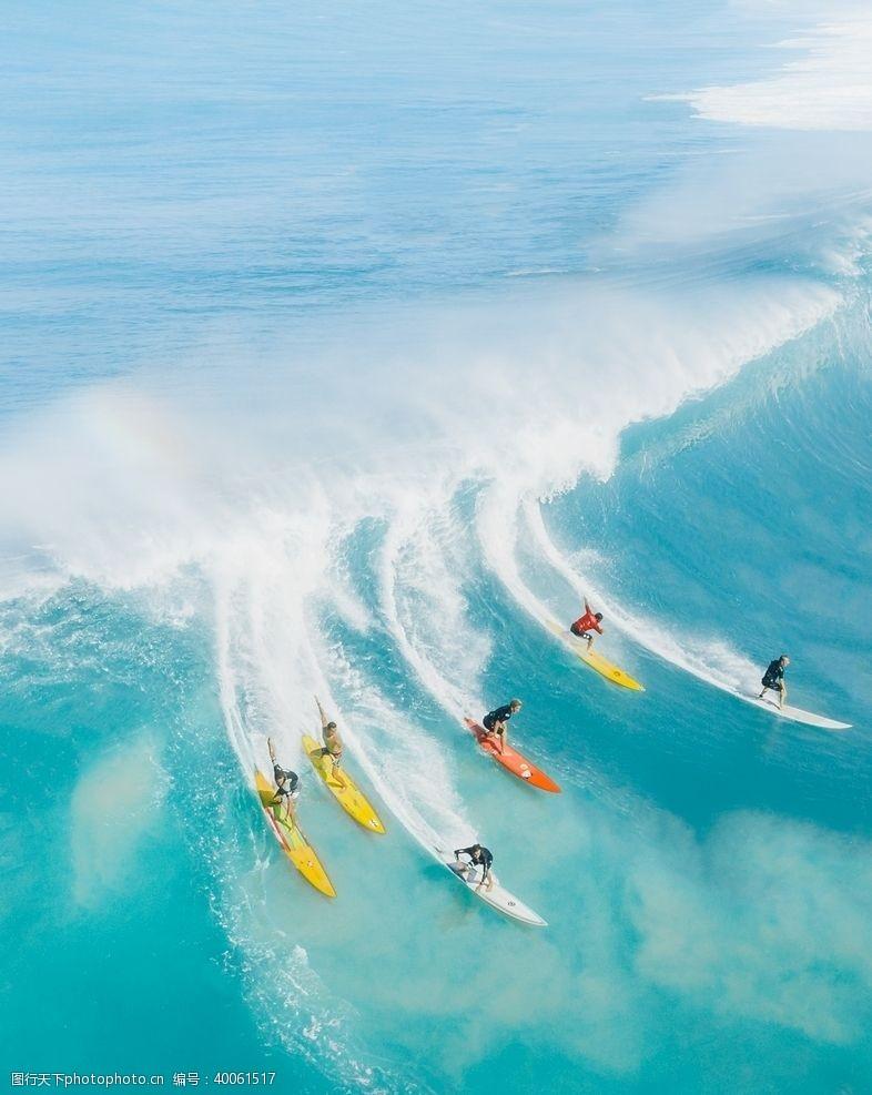 水上运动海洋冲浪的游客图片