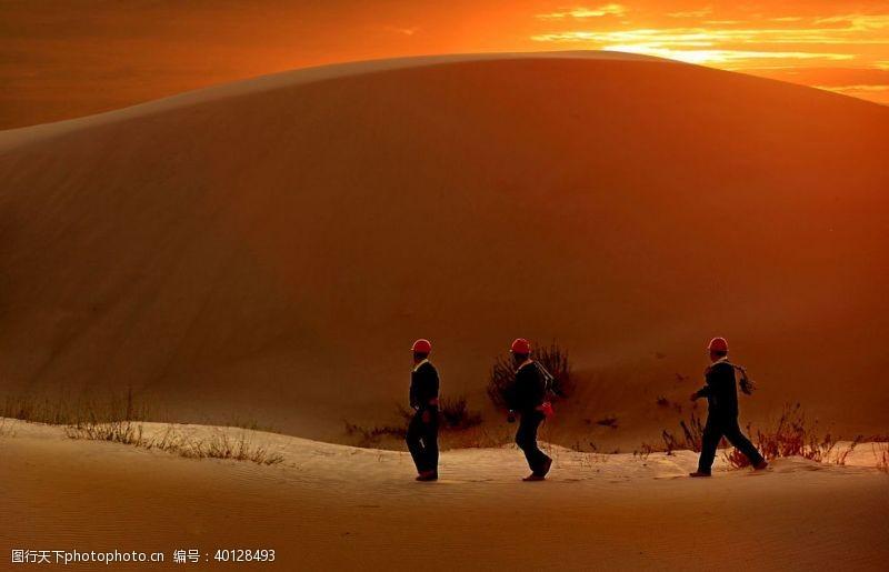 电力大漠落日伴我归图片