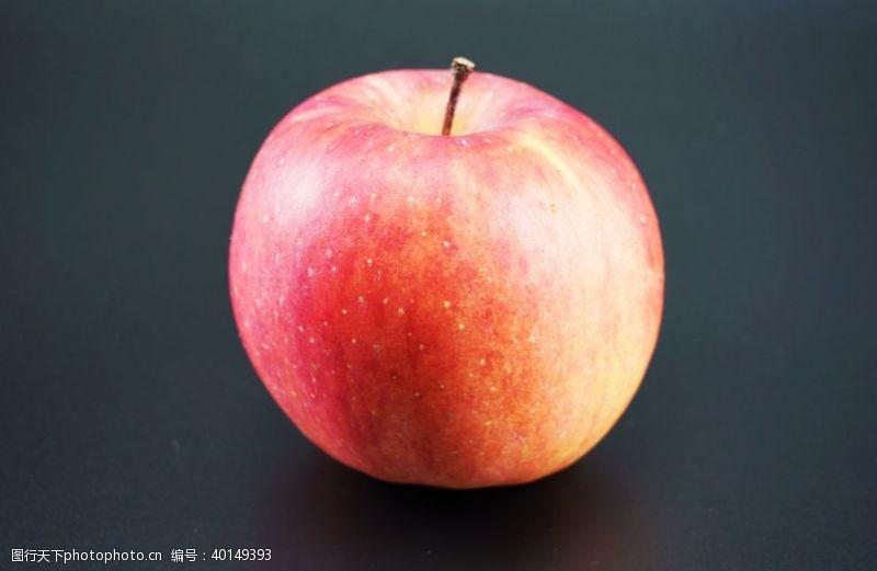 黑色底板上的红色苹果拍摄图片