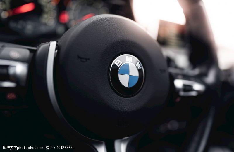汽车内饰方向盘宝马标志图片