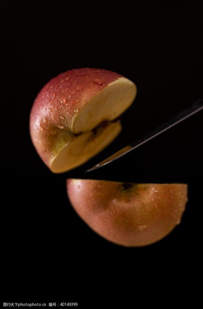 黑色底板上切开的苹果拍摄素材图片