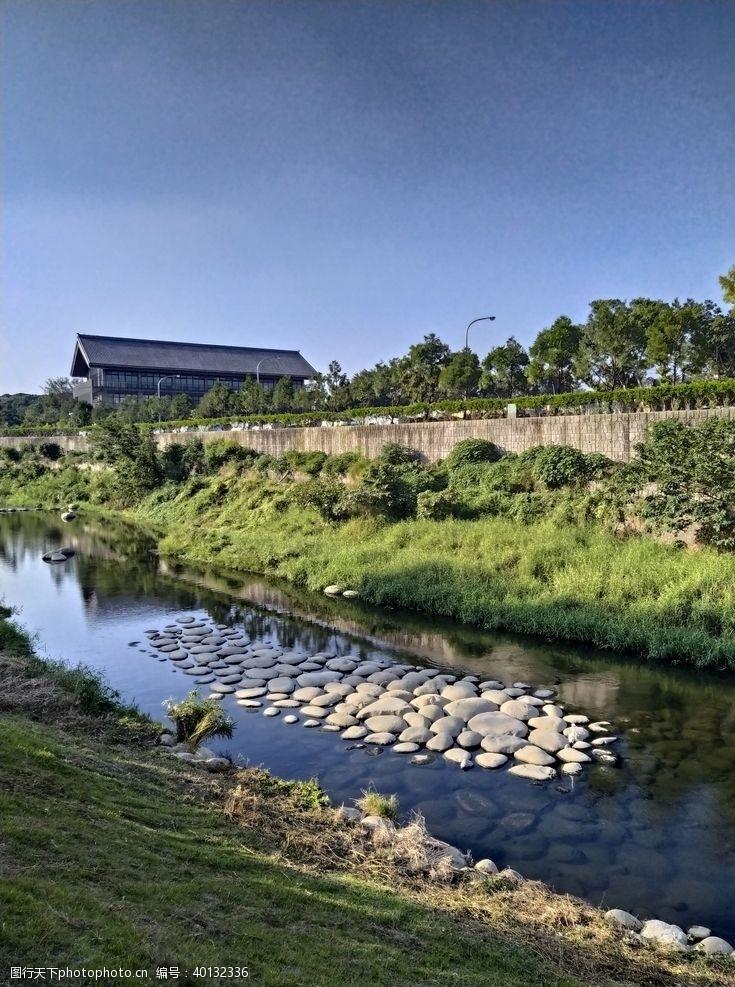 小河美丽山村图片