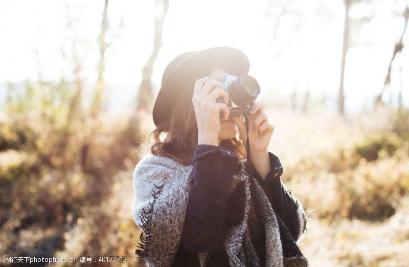 姿势美女拿相机拍照图片