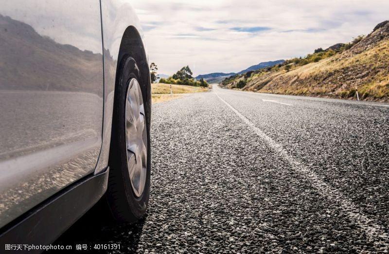 轮子路上车轮图片