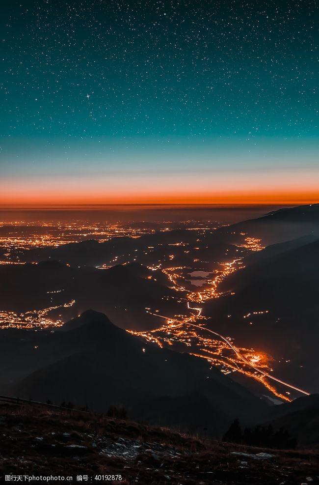 火光森林夜景图片