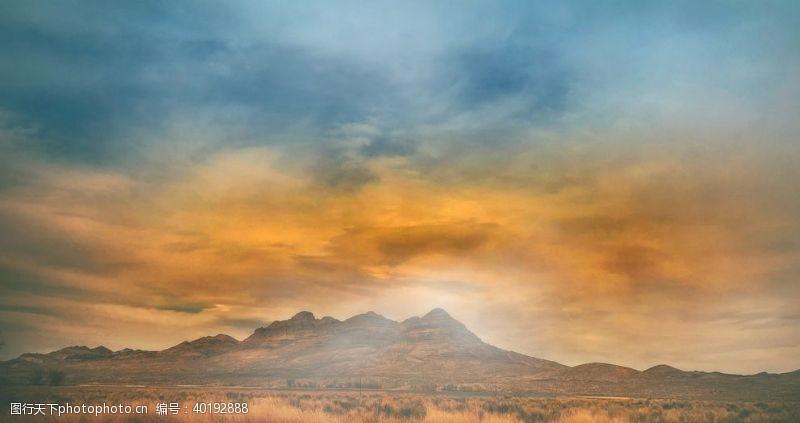 山丘山脉草原图片