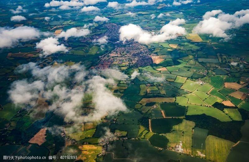 绿地航拍田园风光图片