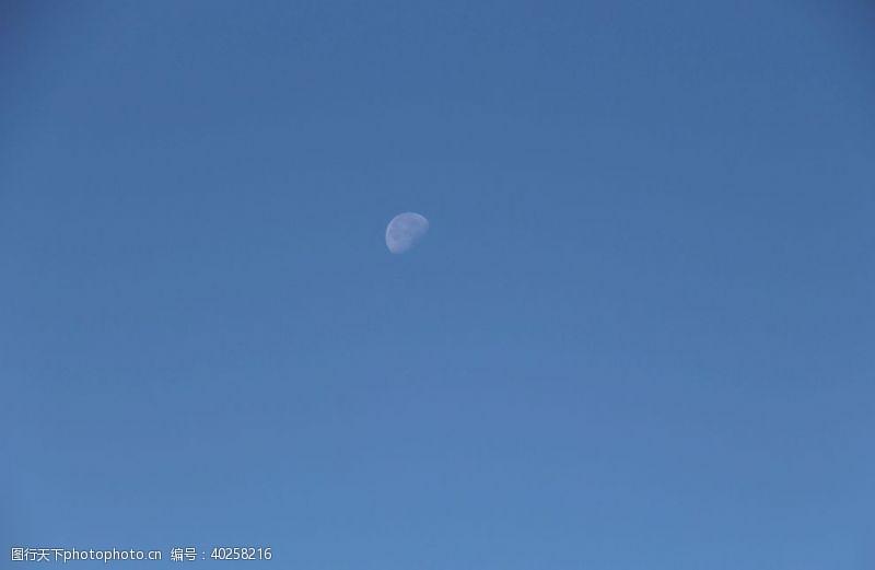 登山白日隐月图片
