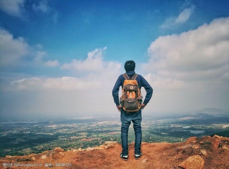 男性山顶游客图片