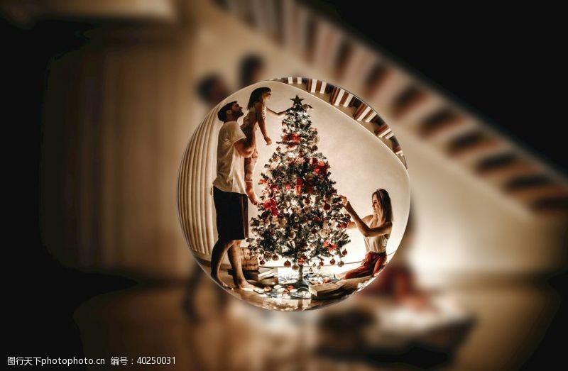 家庭圣诞水晶球图片