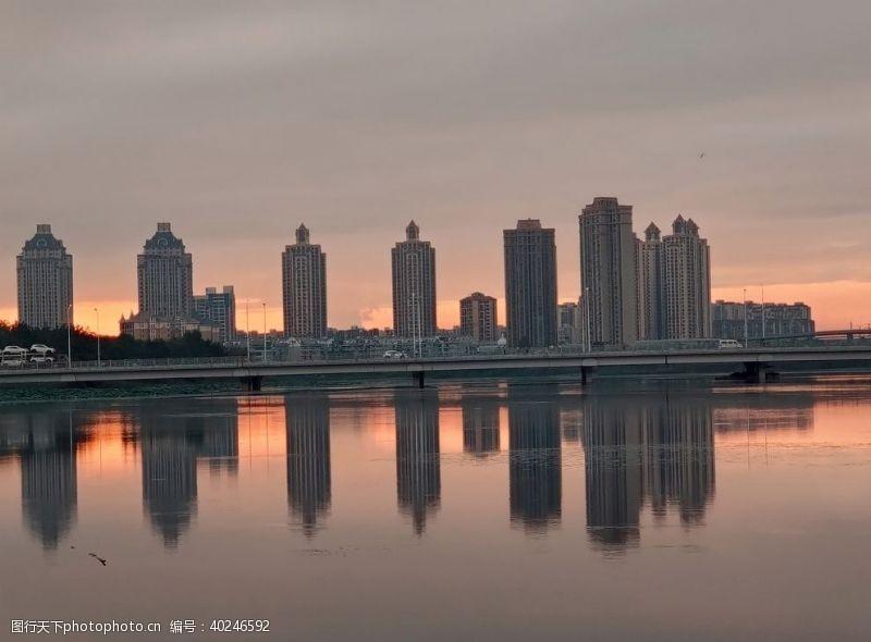 日落夕阳下的湖景房图片