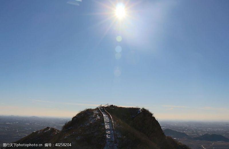 登山阳光下的山头图片