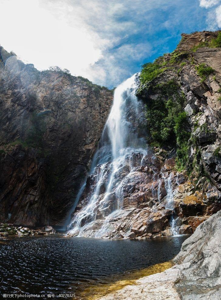 树林瀑布图片