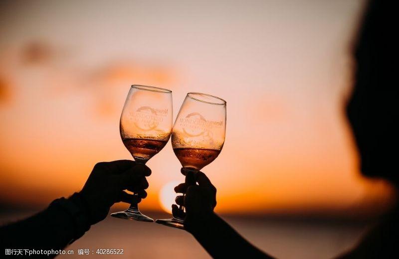 酒杯干杯图片