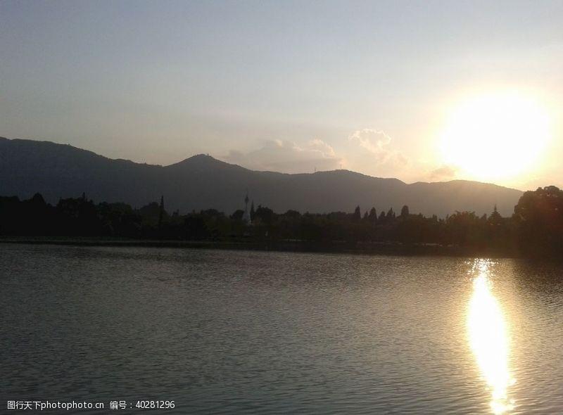 湖边夕阳图片