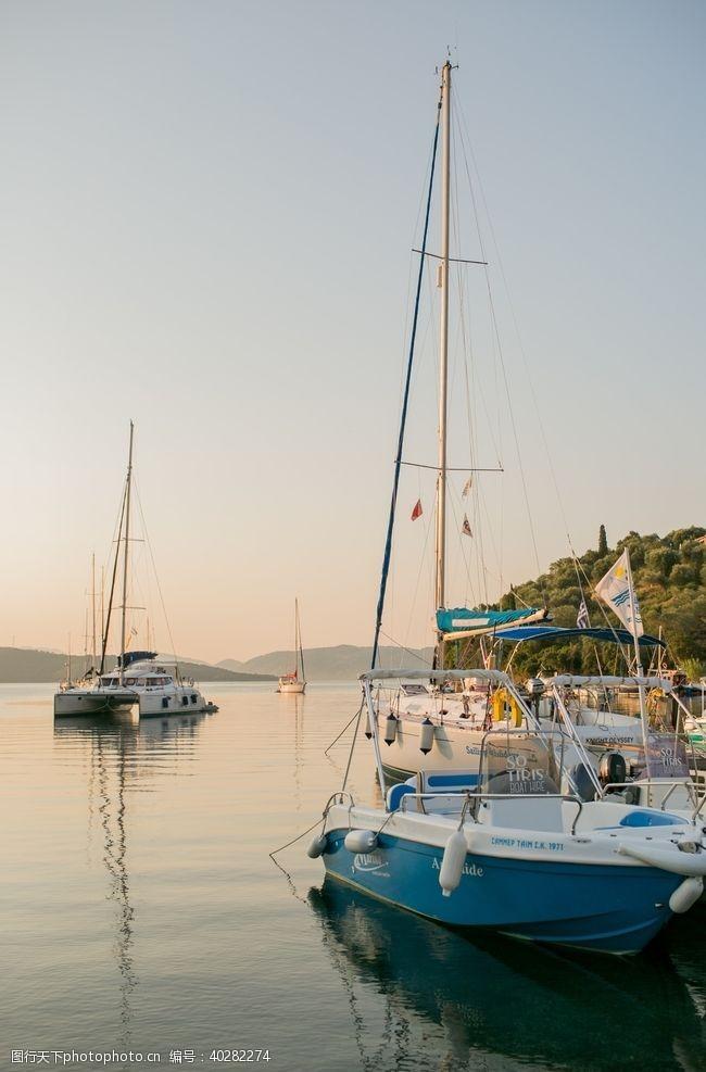 湖泊小船图片