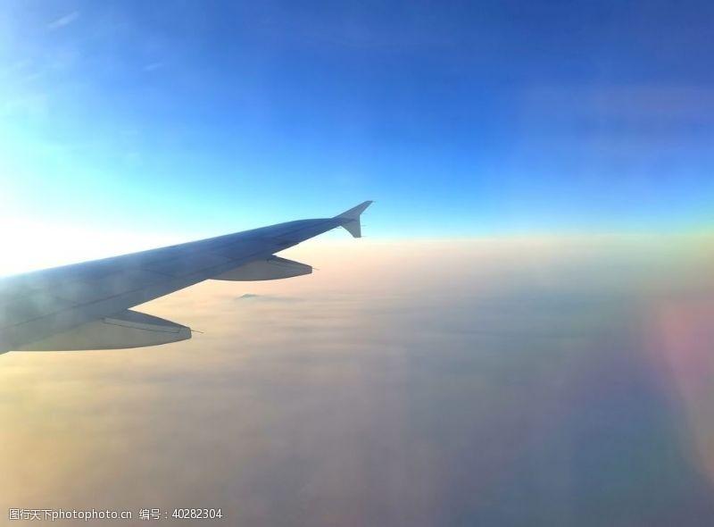 现代科技飞行中的飞机图片