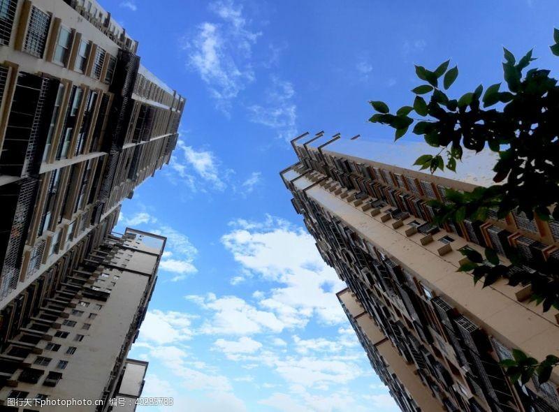 楼商品房仰视天空图片