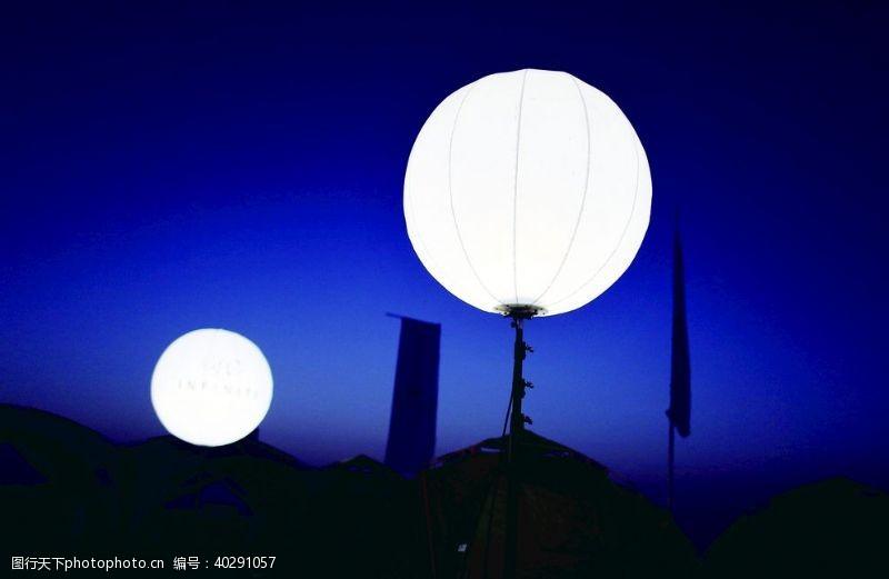 夜晚野营照明灯图片